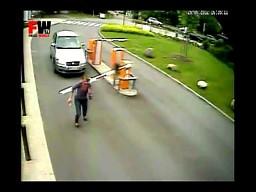 Kobieta kontra barierka drogowa