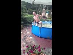 Skok do basenu po kilku piwkach