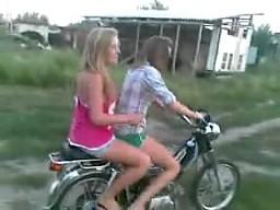 2 dziewczyny 1 motorek