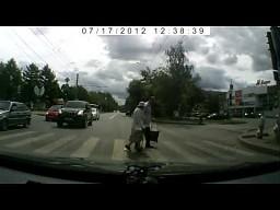Pomógł babci przejść przez pasy