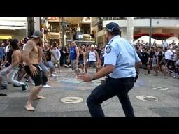 Policjant na służbie dołącza do zabawy