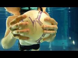 Efekt ciśnienia wody na przykładzie piłki