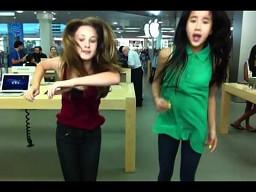 Nastolatki w sklepie Apple