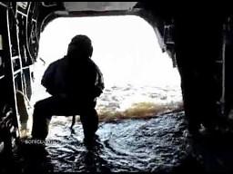 Ewakuacja komandosów z wody prosto do śmigłowca
