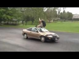 Mistrzowski skok przez samochód