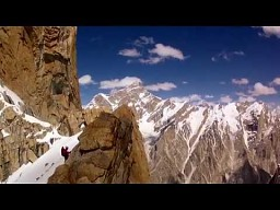 Zdalnie sterowany dron nad szczytami Karakorum