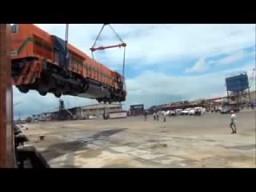 Wyładunek pomarańczowej lokomotywy