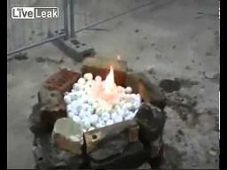 Podpalanie piłeczek pingpongowych