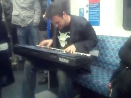 Nadzwyczajny beatboxer z keyboardem w metrze