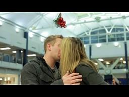 Żart z tradycją całowania się pod jemiołą