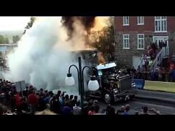 Palenie gumy w wykonaniu amerykańskiego trucka