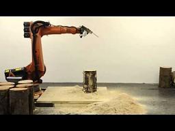 Robot z piłą łańcuchową