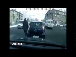 Uprzejmy kierowca zwraca śmieci