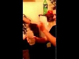 Tomek otwiera flaszkę