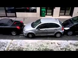 Równoległe parkowanie kobiety