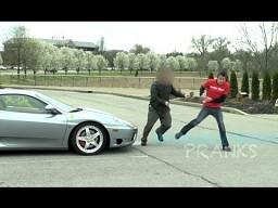 Właściciel Ferrari parkuje na miejscu dla niepełnosprawnych...