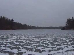 Piłka golfowa na zamarzniętym jeziorze