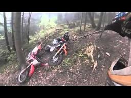 Rzucił  w kolegę motocyklem