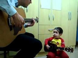 Dwulatek śpiewa Beatlesów razem z tatą
