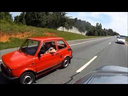 Fiat 126 w Ameryce na autostradzie