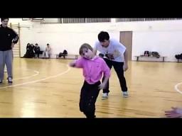 Dziewczynka tańczy electro