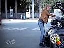 Blondynka dolewa olej do auta