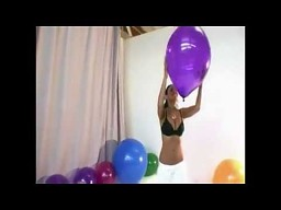 Dziewczyna z dużymi balonami
