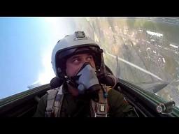 Polski myśliwiec MiG-29 podczas akrobacji