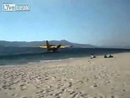 """""""Tankowanie"""" samolotu straży pożarnej wodą"""
