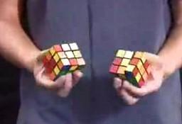 Dwie kostki rubika w 40 sekund, każda jedną ręką