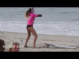 Surferka Anastasia Ashley rozgrzewa się
