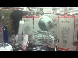 Zabawa wiatrakiem w sklepie