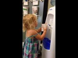 Blondynka przy wodopoju