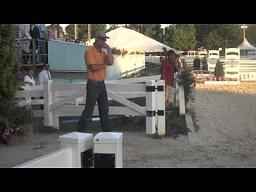 Ojciec mocno przeżywa występ syna w zawodach jeździeckich