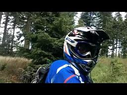 Atak motocyklisty na górskim szlaku