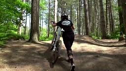 Z dużym dekoltem na rowerze
