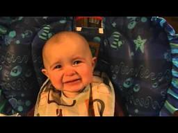 Dziecko wzruszone śpiewem mamy