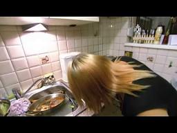Blondynka robi kawę