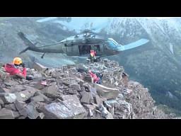 Akcja ratownicza - helikopter zabiera ludzi ze skalistego zbocza
