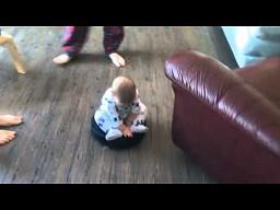 Rodzice puszczają sobie dziecko na odkurzaczu