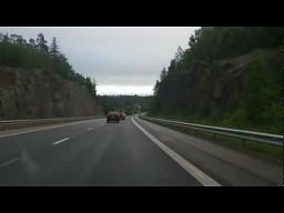 Pijany kierowca ciągnący łódkę na autostradzie