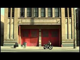 Facet, który jeździ Harleyem