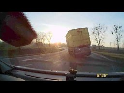 Kierowca ciężarówki wymusza pierwszeństwo