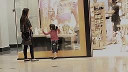 Pilnujcie dzieci, nie spuszczajcie ich z oczu - reklama ostrzeżenie