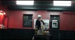 Żonglujący barman