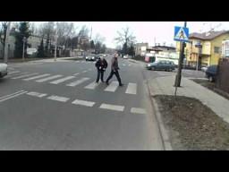 Przepuszczanie pieszych na pasach