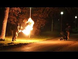 Z miotaczem ognia na przechodniów