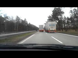 Idiota na motocyklu wyprzedza na autostradzie A4