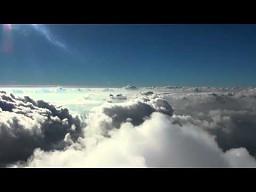 Paralotniarz w chmurach (z komentarzem)