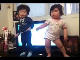 Mała Koreanka w tańcu, który porwie każdego!